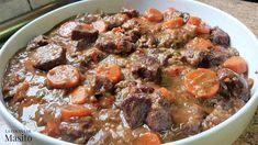 Πιάτο που θυμίζει μαμά! Μοσχαράκι με λαχανικά στη κατσαρόλα! Προγραμματίστε το για το Κυριακάτικο τραπέζι και δεν θα χάσετε! Υλικά 1,2 κιλό μοσχαράκι 6 καρότα 3 πράσα 1/2 κόκκινη πιπεριά 1/2 πράσινη πιπεριά 3 σκελίδες σκόρδο 5 μικρές ντομάτες 2 φλυτζάνια τσαγιού κόκκινο κρασί 2 Veal Stew, Tasty, Yummy Food, Sauce, Fried Chicken, Pot Roast, New Kitchen, Fries, Food And Drink
