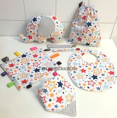 Pack para bebé Stars formado por peluche, bandana, babero, chupetero, mantita sensorial de cintas y bolsita multiusos. Sewing For Kids, Baby Sewing, Baby Knitting, Crochet Baby, Africa Craft, Patchwork Baby, Baby Kit, Ideias Diy, Fabric Toys