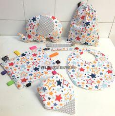 Pack para bebé Stars formado por peluche, bandana, babero, chupetero, mantita sensorial de cintas y bolsita multiusos.