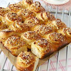 Vaniljbullar i långpanna Cookie Desserts, No Bake Desserts, Dessert Recipes, Cocoa Recipes, Baking Recipes, Albanian Recipes, Cocktail Desserts, Bread Bun, Swedish Recipes