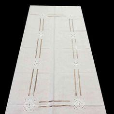 Bordado de punto pasado plano y vainicas. Mantel de 170 x 270 cm y 12 servilletas, 275€