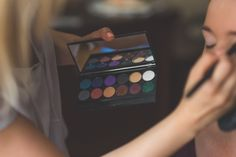 Our tips and tricks on getting your eyeshadow basics just right will help you ace your make-up just in time for the festivities! Drugstore Eyeshadow, Best Eyeshadow, How To Apply Eyeshadow, Applying Eyeshadow, Eyeshadow Basics, Makeup Eyeshadow, Beauty Blogs, Beauty Make-up, Beauty Tricks