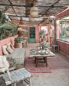 This Boho gypsy themed seating area would be perfect guests to relax and eat canapes during formal wedding photos are taking place sitzecke boho Amazing Outdoor Oasis For Landscape Design - Home to Z Outdoor Rooms, Outdoor Living, Outdoor Decor, Apartment Balconies, Moroccan Decor, Moroccan Garden, Sweet Home, House Design, Design Design