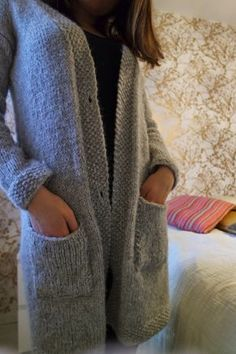 Minua palelee aina. Tai no, noin yhdeksän kuukautta vuodesta. Putkeen. Sisällä tai ulkona. Olen pitkään haaveillut villatakista, jossa ei t... Handicraft, Knit Crochet, Blazer, Knitting, Coat, Clothes, Dresses, Patterns, Dyi