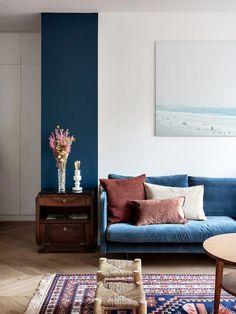 Fall home decor trends for beautiful velvet pillows Blue Couch Living Room, Living Room Decor, Blue And Pink Living Room, Bedroom Yellow, Fall Home Decor, Home Decor Trends, Decor Ideas, Blue Home Decor, Navy Blue Decor