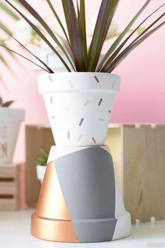 Planting in pots is really convenient. You can practically cram them anywhere you like.Here is the best DIY FLower Pots in the Internet! Painted Flower Pots, Painted Pots, Fleurs Diy, Flower Pot Crafts, Diy Hanging Shelves, Clay Pots, Diy Flowers, Potted Plants, Diy Art