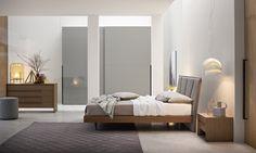 ... Einen Schmalen Massivholzrahmen Und Einem Freistehenden Gepolstertem  Kopfteil Hervor. #bett #modern #nachttisch #kommode #schlafzimmer #bed  #bedroom