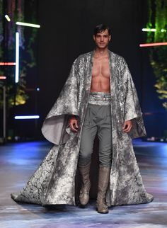 Discover NOWFASHION, the first real time fashion photography magazine to publish exclusive live fashion shows. Get to see the latest fashion runways in streaming! Dubai Fashion, Live Fashion, Runway Fashion, Fashion Show, Fashion Outfits, Fashion Trends, Indian Men Fashion, Mens Fashion, Queer Fashion