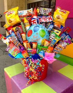 Cute Birthday Gift, Birthday Candy, Birthday Gifts For Best Friend, Diy Birthday, Candy Bouquet Diy, Gift Bouquet, Homemade Gifts, Diy Gifts, Craft Gifts