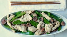 15 minutes are all you need for Chinese chicken, sausage and snow peas