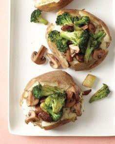 Verpak 4 aardappelen in folie, kook ze in de slowcooker. Kook champignons kort in olie, voeg broccoli toe en laat nog ca 8 minuten doorkoken. Meng het binnenste van de aardappelen met yoghurt of creme fraiche, peper en zout. Stop het mengsel terug in de schil, garneer met het champignon-broccolimengsel.