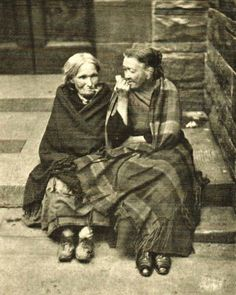 Two old ladies in the Vennel, Grassmarket., Edinburgh Five years after my great-grandparents (John & Annie) and my grandfather (John) emigrated to Canada. Old Pictures, Old Photos, Vintage Photographs, Vintage Photos, Scottish Women, Men In Kilts, Women In History, Victorian Era, Historical Photos