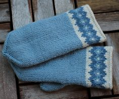 Ravelry: Boring Blue pattern by Lanja Sámsdóttir Knitted Mittens Pattern, Knitted Slippers, Knit Mittens, Knitted Gloves, Knitting Socks, Hand Knitting, Knitting Patterns, Wrist Warmers, Hand Warmers