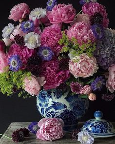 Happy sunday from my home to yours. Peonies in Delft blue ginger jar. Celebration in our house today. My daughters birthday. Can't believe how fast time flies. Have a wonderful sunday and a lovely new week everyone. Beautiful Flower Arrangements, Fresh Flowers, Floral Arrangements, Beautiful Flowers, Lace Flowers, Deco Floral, Arte Floral, Floral Design, Ginger Jars