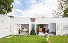 Sydney-based Architect Prineas has redesigned Breeze Block House turning it into a modern and open house. The Breeze Block House was . Block House, Besser Block, Breeze Block Wall, Eva Marie, Concrete Blocks, Concrete Steps, Precast Concrete, Architect House, House Extensions