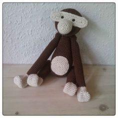 Jeg har efterhånden hæklet et par stykker af Kay Bojesen aberne efter Lærkes opskrift. Aben er super sød, men jeg har undervejs siddet med en trang til at lave en, der er lidt større. Jeg startede ud