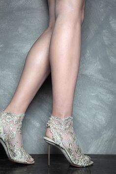Preciosos zapatos para novia cubiertos de encaje con brillos y un tacón más que peligroso - Vicente Rey Shoes