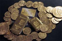 Duas barras e moedas no Comptoir National de l'Or, que compra, vende e avalia ouro e joias em Paris