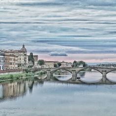 Lo sai che colore han le nuvole basse? In un tramonto di fine estate a #Firenze le nuvole basse hanno tinte pastello. Per la gioia di cittadini turisti e fotografi. Com'è il vostro tramonto oggi?  #instadaily #instatraveling #androidography #tuscanygram #city #cityscape #instaflorence #sunset #sky #cloudporn