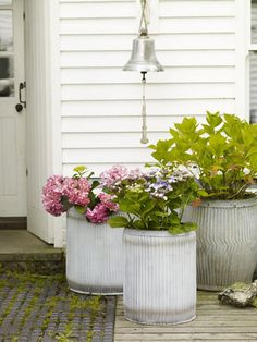 outdoor galvanized planters - simple and cute! Galvanized Planters, Metal Planters, Large Planters, Galvanized Metal, Modern Garden Design, Garden Boxes, Garden Accessories, Outdoor Projects, Dream Garden