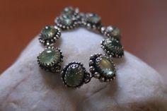 Blij om mijn nieuwste toevoeging aan mijn #etsy shop te kunnen delen: Een handgemaakte zilveren armband met 10 groene prehnite cabochons. http://etsy.me/2CVVydR #sieraden #armband #zilver #nee #vrouwen #groen #haak #edelstenen #prehnite
