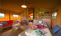 De woon en zithoek van de luxe safaritent op FarmCamps boerderijen