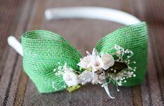Diadema para niña forrada, con lazo lateral de saco verde y flores marfil