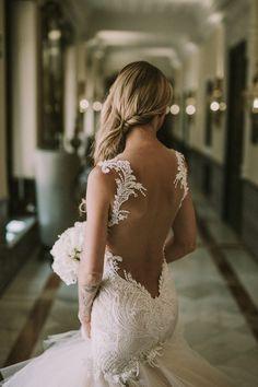 Stunning backless bridal style | David Latour Photographe