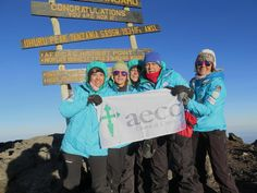 Las 5 expedicionarias del #RetoPaelayoVida han subido nuestras gafas a la cumbre del Kilimanjaro #súmatealrosa