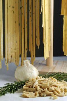 Homemade Pasta Dough, Noodle Dough Recipe, Homemade Pasta Recipes, Pasta Recipies, Linguine Recipes, Lotsa Pasta, Garlic Pasta, Pasta Maker, Le Diner