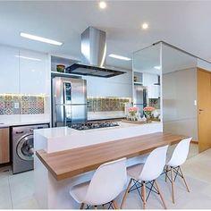 Desejando super essa cozinha na minha casa. E vocês gostaram? Projeto: Autor Desconhecido. Small Apartments, Kitchen Dining, Table, Furniture, Instagram, Home Decor, Bridge, Laundry, Dreams