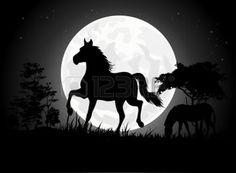 africa night: Siluetas hermosas de caballos con el fondo de la luna gigante