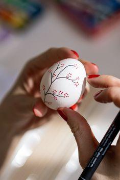 Easter Egg Crafts, Easter Eggs, Diy Osterschmuck, Easter Egg Designs, Diy Easter Decorations, Ramadan Decorations, Egg Art, Easter Party, Egg Decorating