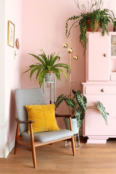 Novel Small Living Room Design and Decor Ideas that Aren't Cramped - Di Home Design Mustard Living Rooms, Living Room Green, Home And Living, Living Room Decor, Pink Bedroom Walls, Bedroom Green, Pink Walls, Casa Art Deco, Art Deco Home