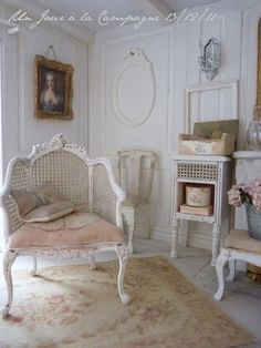 I love the carpet and chair so shabby Tapis Shabby Chic, Cottage Shabby Chic, Style Shabby Chic, Romantic Shabby Chic, Shabby Chic Homes, Cottage Style, Shabby Chic Romantique, French Decor, French Chic