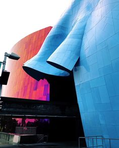 Une autre façade du MoPOP   Another side of the @empmuseum