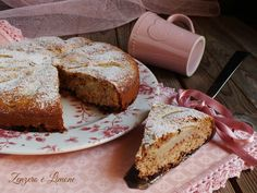 Questa torta pere cioccolato è una ricetta senza glutine, senza burro né olio. Una torta morbidissima e leggera; ottima a colazione, merenda e fine pasto.