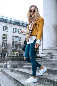 Ideas de look con combinación de colores Amarillo + Azul. Lo mejor de Street Style. Los looks con prendas que combinan colores amarillo y azul quedan bastante frescos,  enérgicos y alegres.