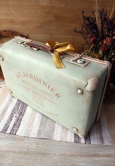 New Shabby Chic Diy Shelves Storage Ideas Vintage Suitcase Decor, Decoupage Suitcase, Painted Suitcase, Vintage Decor, Trunk Makeover, Furniture Makeover, Furniture Storage, Vintage Suitcases, Vintage Luggage