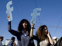 Marrocos, 2011. Protestos contra a corrupción. Resulta sorprendente e mesmo inquietante o altísimo grao de identificación que se realiza entre as principais firmas comerciais de Internet e os propios desexos de participación por parte da xuventude urbana en todo o mundo.