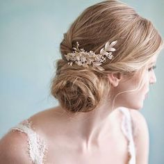 Bridal market is right about the corner and we can't wait to see all the gorgeous new #accessories our #designers have created.  by @sandrafazzinophotography of a gorgeous @myracallan #haircomb. #bridalaccessories #bridalmarket #twigsandhoney #bridalstyling #modernbride #bridal #bridaljewelry #hairaccessories