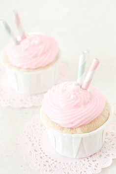 kawaiistomp: Pretty pink cupcakes ~ (photo credit) ^My edit - please do not remove the text underneath my edits. Cupcakes Rosa, Pastel Cupcakes, Yummy Cupcakes, Imagenes Color Pastel, Yummy Treats, Sweet Treats, Cupcakes Decorados, Cupcake Photos, Unicorn Foods