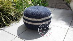 Stoere blauwe poef. Eenvoudig zelf te maken. Kijk op www.101creaties.nl voor het gratis patroon. Crochet Home, Diy Crochet, Home Accessories, Baseball Hats, Pillows, Pretty, Hoes, Potholders, Caravan