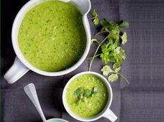 Last van een opgeblazen buik en toe aan wat balans? Probeer deze soep van doperwtjes en vochtafdrijvende koriander.