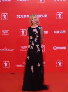 Meg Ryan in a Blumarine black dress with floral appliqué from the Pre Fall 2016 collection at the closing ceremony of 19th Shanghai International Film Festival. • Shanghai, Cina – June 19, 2016