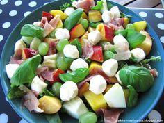 Paikka maailmassa: Hedelmäinen mozzarella-parmankinkkusalaatti Mozzarella, Fruit Salad, Cobb Salad, Food, Fruit Salads, Essen, Meals, Yemek, Eten