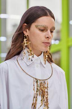 Valentino Spring 2020 Ready-to-Wear Fashion Show - Vogue Luxury Jewelry, Modern Jewelry, Lanvin, Best Celebrity Halloween Costumes, Vogue Paris, Anklet Jewelry, Women's Jewelry, Jewellery, Jewelry Model