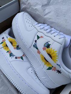 Cute Nike Shoes, Cute Nikes, Cute Sneakers, Sneakers Nike, Nike Flower Shoes, Cute Shoes For Teens, Sneakers Workout, Nike Shoes Outfits, Adidas Outfit