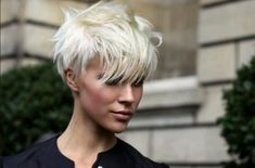 cheveux courts blond platine - une coupe casual super originale