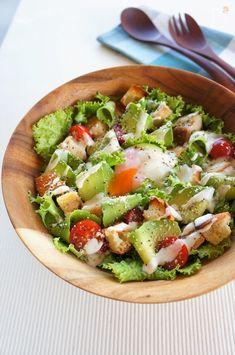 アボカドをピーラーでリボン状にむいたシェイブドアボカドとチキンで作るボリュームたっぷりのサラダです。